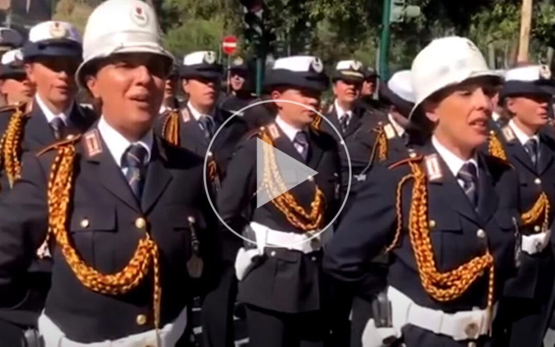 """""""Siamo pizzardon"""", il coro dei vigili urbani di Roma alla parata del 2 giugno"""